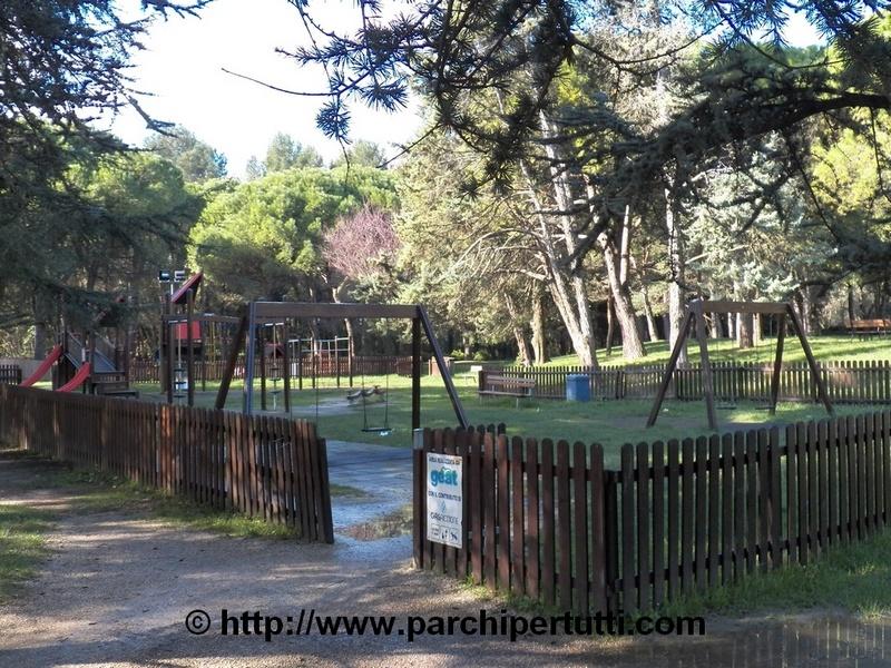 Ghiaia, erba e terra battuta al parco giochi inclusivo