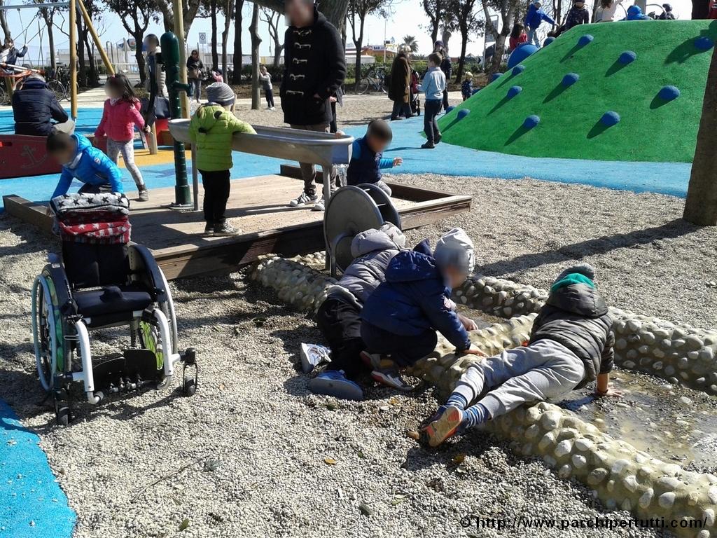 Giocare con la ghiaia e l'acqua al parco