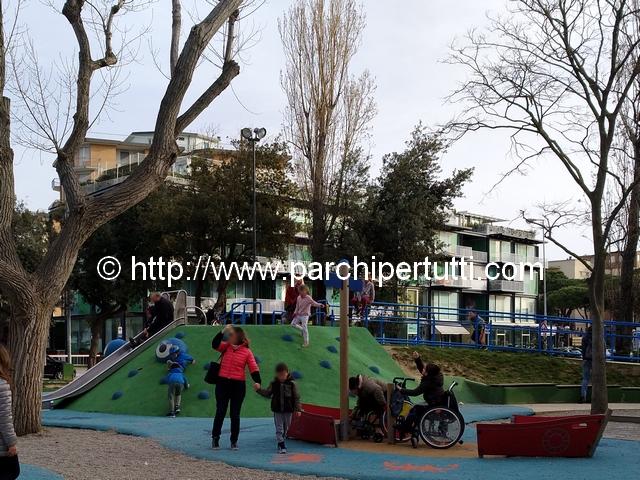 Bambini disabili al parco sorvegliati…