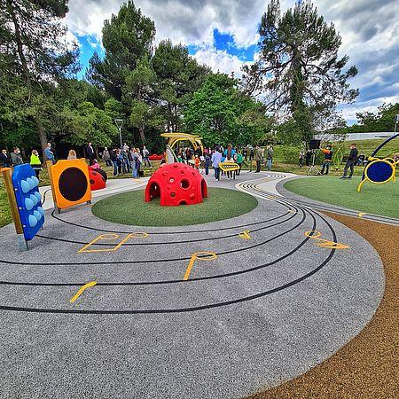 In un parco inclusivo si può installare lo scivolo? Un gioco di arrampicata?